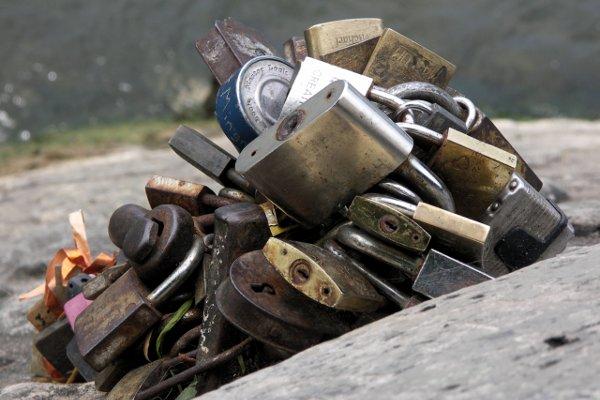 Love Locks at Île de la Cité/Liebesschlösser auf der Île de la Cité (Paris, France). Tommy Schmucker 2014-06-23. [CC BY-SA 3.0]